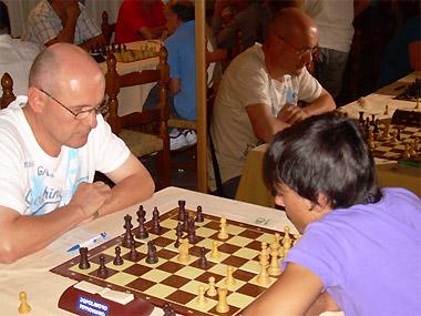Sergio Giuriato, impegnato contro il giovane Pozzobon mentre si avvia a travolgerlo con una variante minore della difesa Nimzowitsch.