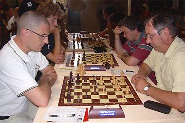 Enrico Testa (a destra con i neri) impegnato contro il CM Gabriele Bozza (Elo 2000)